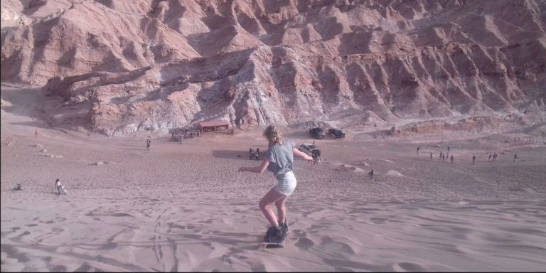 Avontuurlijke activiteit: sandboarden in woestijn
