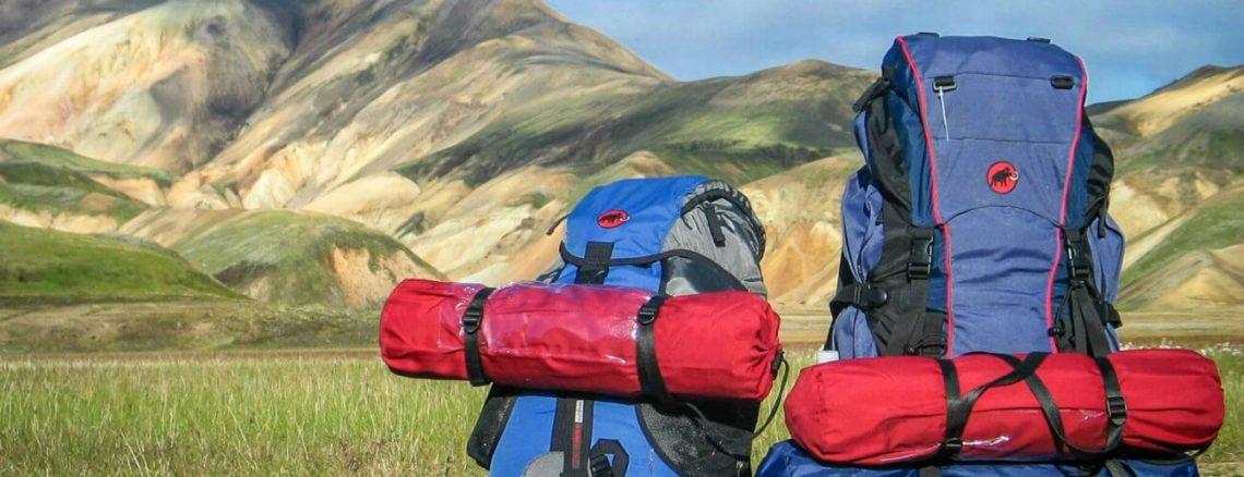 Backpacks met kampeerspullen in bergen