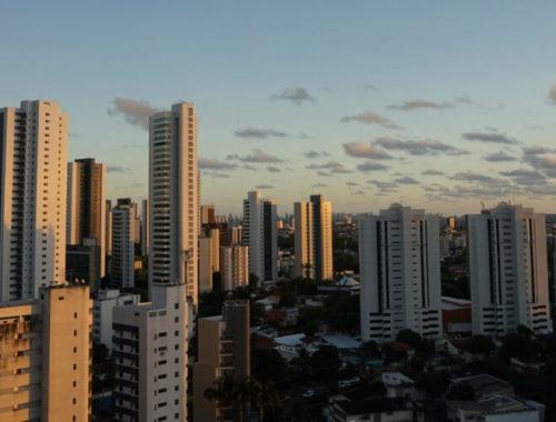 Flats onder de zonsondergang in Recife