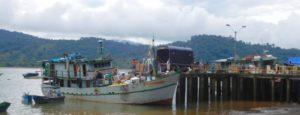 Vrachtschip in haven Bahía Solano