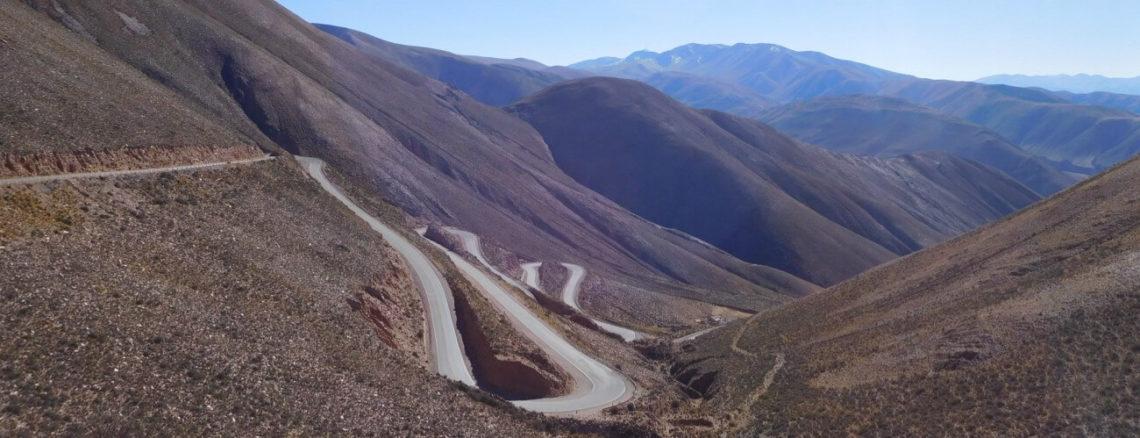Weg met speldbochten in de bergen in Argentinië