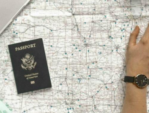 Wereldkaart met reisitems en wijzende hand
