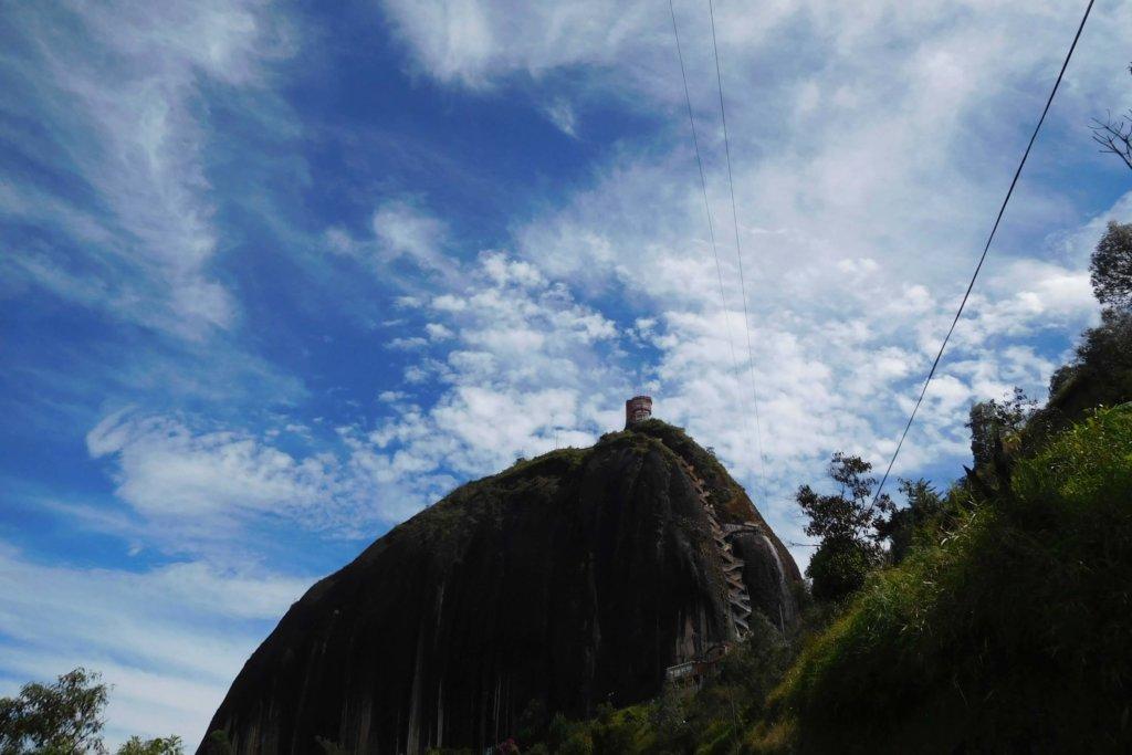 Piedra Peñol onder een strakblauwe lucht