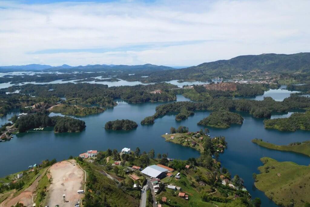 Uitzicht op stuwmeer vanaf Piedra Peñol in Colombia