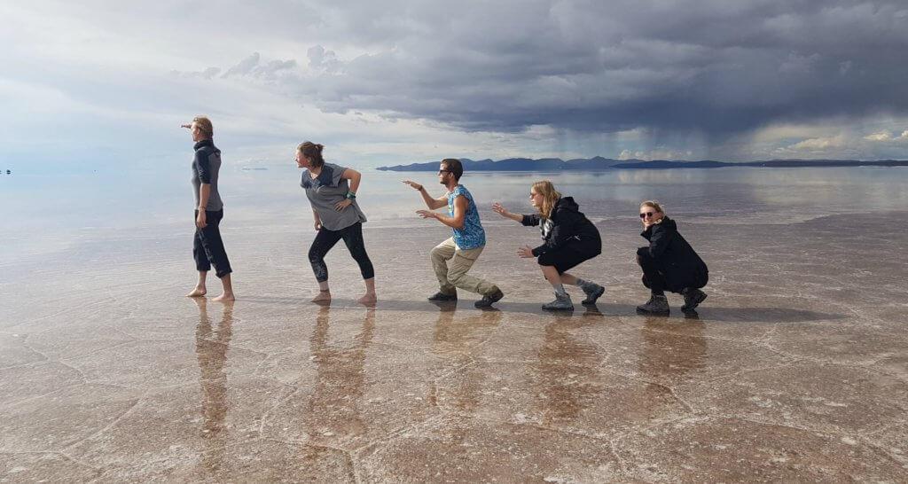 Vijf reizigers imiteren evolutie bij zoutvlakte Uyuni in Bolivia