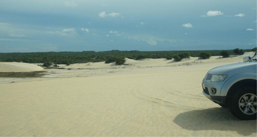 Neus van auto in zandduinen bij Natal