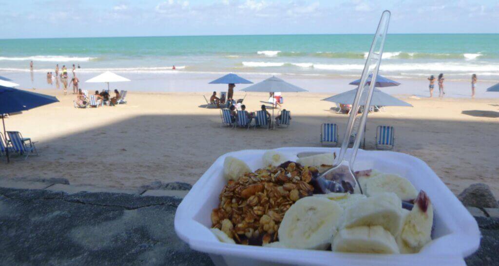 Açaí met banaan en granola bij het strand