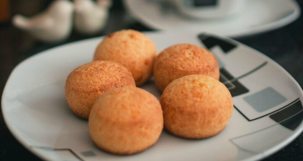 Braziliaans kaasbrood op bord