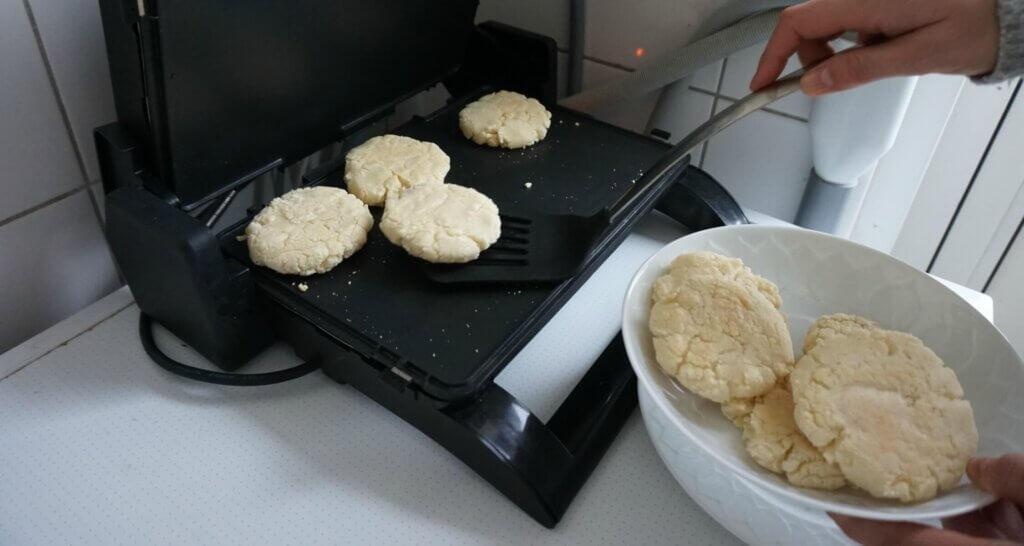 Colombiaans eten: Arepas op grill